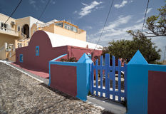 Dorfstraße mit mehrfarbigen Gebäuden Lizenzfreie Stockfotografie