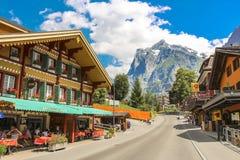 Dorfstrasse gata i Grindelwald med delar av Mattenberg i bakgrunden royaltyfri foto
