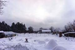 Dorfyard, schneebedeckt im Winter stockfotos