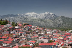 Dorgali红色屋顶在山Supramonte (Sa之下的 库存照片