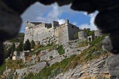 Doria Castle till och med en valvgång på Portovenere Arkivfoton