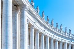 Doric колоннада со статуями Святых на верхней части Квадрат St Peters, государство Ватикан стоковые изображения rf