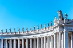 Doric колоннада со статуями Святых на верхней части Квадрат St Peters, государство Ватикан стоковая фотография