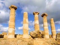 Dorische Säulen eines griechischen Tempels Stockbild