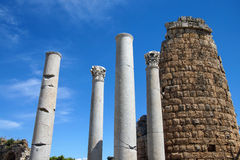 Dorische Säulen und das Hellenistic Tor im Altgriechischeci Lizenzfreie Stockfotografie