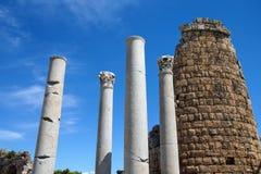 Doriska kolonner och den Hellenistic porten i gammalgrekiskacien Royaltyfri Fotografi