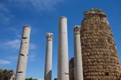 Doriska kolonner och den Hellenistic porten i gammalgrekiskacien Arkivbilder