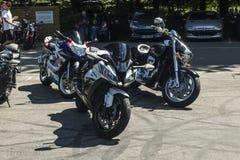 Dorking,英国7月02日2017年:见面在咖啡馆的摩托车热心者 免版税库存照片