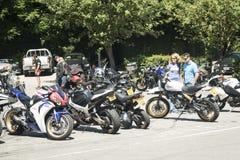 Dorking,英国7月02日2017年:见面在咖啡馆的摩托车热心者 库存照片