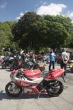 Dorking,英国7月02日2017年:见面在咖啡馆的摩托车热心者 库存图片