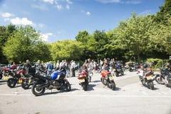 Dorking, lipiec 02, 2017: Motocykl entuzjasty spotyka przy kawiarnią Fotografia Stock