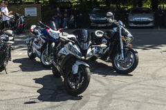 Dorking, lipiec 02, 2017: Motocykl entuzjasty spotyka przy kawiarnią Zdjęcie Royalty Free
