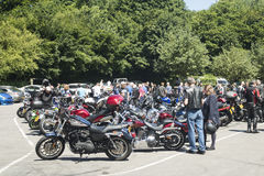 Dorking UK-Juli 02, 2017: Motorcykelentusiaster som möter på kafét Arkivfoto