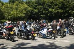 Dorking UK-Juli 02, 2017: Motorcykelentusiaster som möter på kafét Royaltyfri Foto