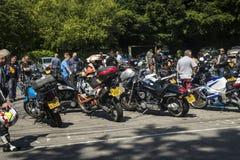 Dorking UK-Juli 02, 2017: Motorcykelentusiaster som möter på kafét Royaltyfria Foton