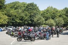 Dorking UK-Juli 02, 2017: Motorcykelentusiaster som möter på kafét Royaltyfria Bilder