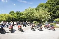 Dorking UK-Juli 02, 2017: Motorcykelentusiaster som möter på kafét Arkivfoton