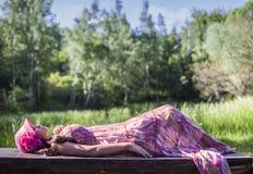 Dormendo nella foresta Immagini Stock