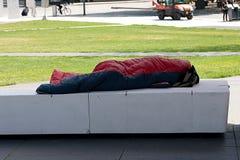 Dormendo su un parkbench Immagini Stock