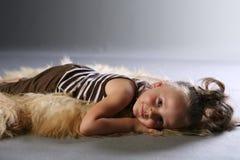Dormendo sulla coperta animale Immagine Stock