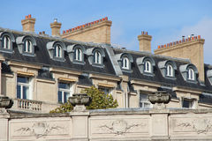 Dormer kominy i okno instalowali na dachach budynki w Paryż (Francja) Zdjęcie Royalty Free