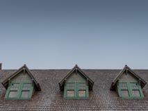 Dormers в крыше бревенчатой хижины стоковая фотография