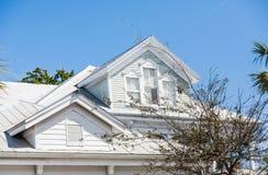 Dormers na Starym Białym drewno domu Fotografia Royalty Free