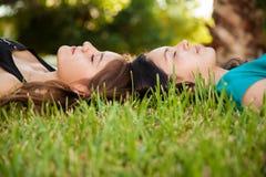 Dormida bonito dos amigos junto Imagens de Stock Royalty Free