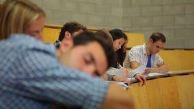 Dormida do estudante no salão de leitura vídeos de arquivo