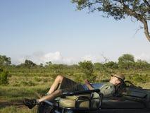 Dormida do homem em Jeep Bonnet In Meadow fotos de stock royalty free