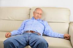 Dormida em casa no sofá fotos de stock