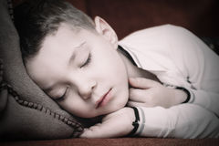 Dormido caido en un sofá cómodo Fotos de archivo