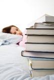 Dormido caido mientras que estudia Foto de archivo