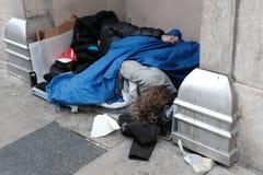 Dormido vista de las personas sin hogar durante invierno en una ciudad importante fotografía de archivo