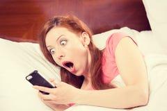 Dormir trop longtemps, femme a manqué la sonnerie du réveil image stock