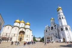 Dormition乌斯片斯基Sobor的大教堂或易三仓礼拜堂和伊冯在大教堂Sobornaya,俄罗斯的伟大的钟楼 免版税库存照片