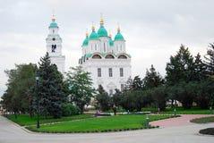 Dormition katedra w Karakułowym Kremlin otaczającym zielonymi drzewami. Zdjęcia Stock
