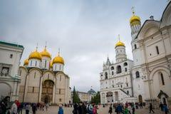 Dormitionkathedraal en Ivan de Grote Klokketoren in Moskou het Kremlin, Rusland stock foto