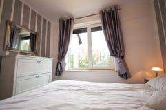 Dormitorio acogedor fotografía de archivo