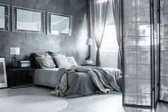 Dormitorio acogedor con los accesorios simples fotografía de archivo