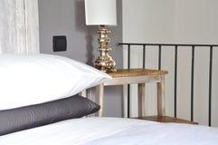Dormitorio acogedor del estilo del condado Foto de archivo libre de regalías