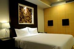 Dormitorio acogedor del hotel Foto de archivo libre de regalías