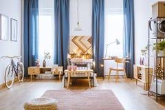 Dormitorio acogedor para una muchacha imágenes de archivo libres de regalías