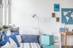 Dormitorio adolescente diseñado del muchacho imagenes de archivo