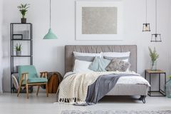 Dormitorio adorable con la silla de la menta imágenes de archivo libres de regalías