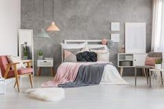 Dormitorio adorable con rosa del polvo Fotografía de archivo libre de regalías