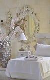 Dormitorio adornado blanco Fotos de archivo libres de regalías