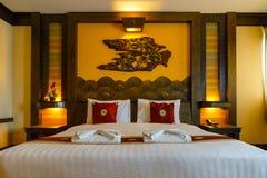 Dormitorio adornado con estilo tradicional tailandés septentrional en un hotel del negocio Imagen de archivo