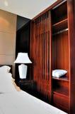 Dormitorio adornado de madera en estilo oriental Imágenes de archivo libres de regalías