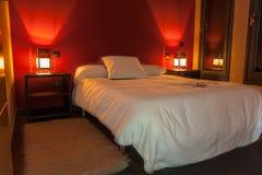 Dormitorio adornado en blanco y rojo Imagen de archivo
